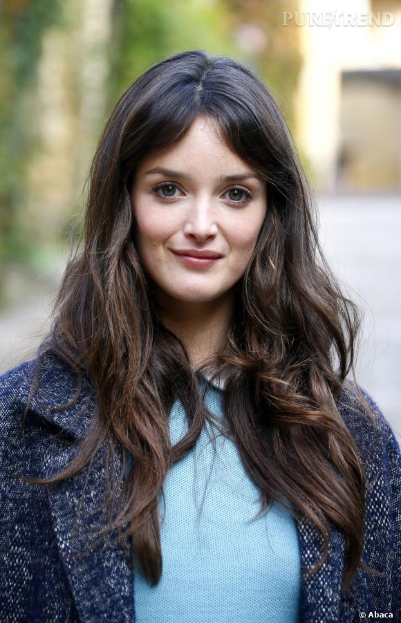 Les plus belles apparitions de Charlotte Le Bon : Au naturel, l'actrice laisse onduler ses longs cheveux bruns et se farde très peu. Un soupçon de poudre et de blush suffisent.