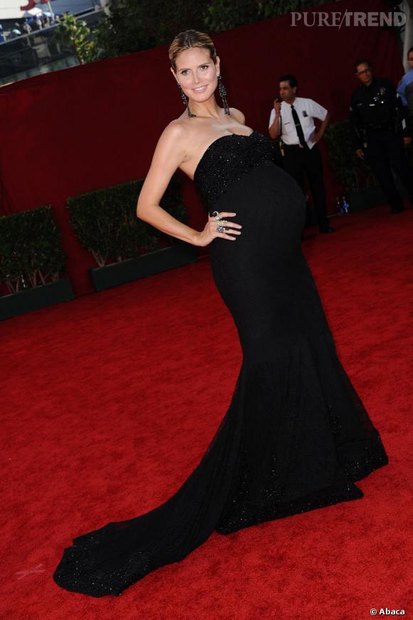 Heidi Klum dévoile ses atouts en robe fourreau et ce même enceinte.