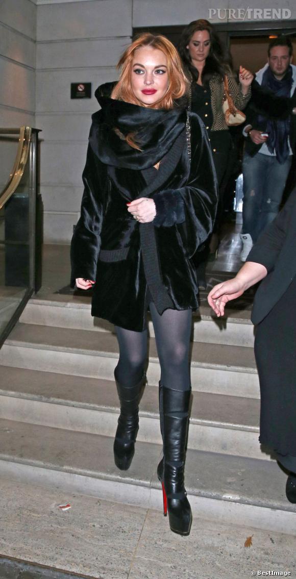 Lindsay Lohan sort du restaurant chinois, toute de noir vêtue.