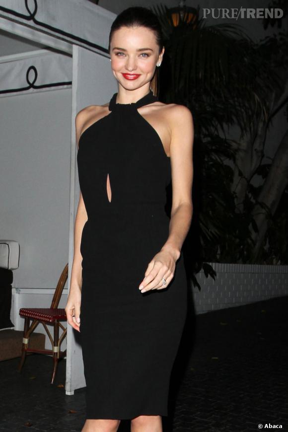 Elle n'en reste pas moins très élégante dans une robe Giambattista Vali.