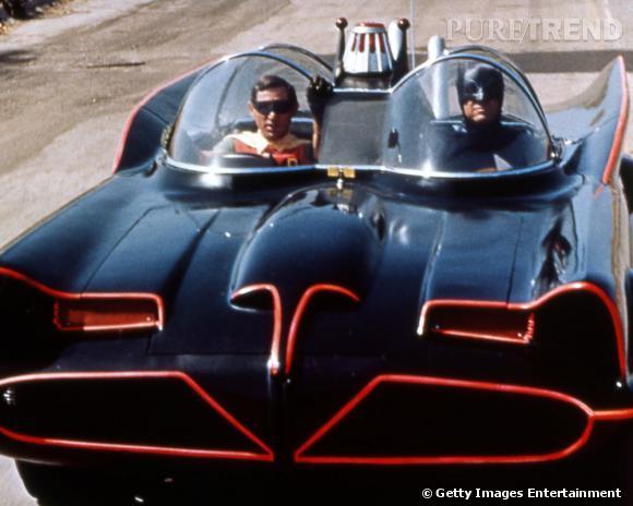 Adam West et Burt Ward conduisent une des premières Batmobile, bien avant que Christian Bale la transforme en tank.