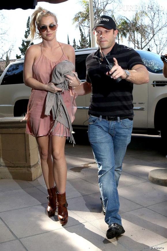 Britney Spears à Los Angeles le 19 janvier 2013. La jeune femme opte pour une tenue très sexy avec une paire des bottines à talons et une robe façon nuisette.