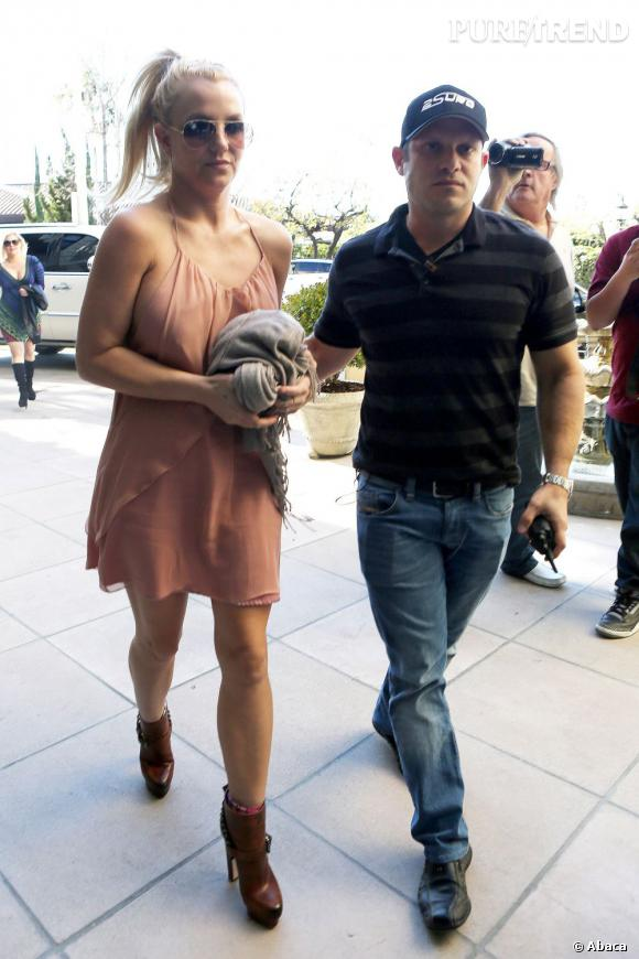 Britney Spears à Los Angeles le 19 janvier 2013. Malheureusement pour elle, sa robe menace dangereusement de dévoiler sa poitrine.