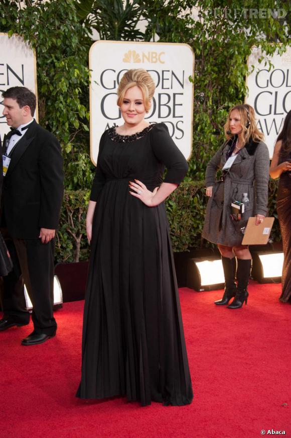 Adele pose sur le tapis rouge des Golden Globes pour sa première sortie officielle depuis la grossesse.