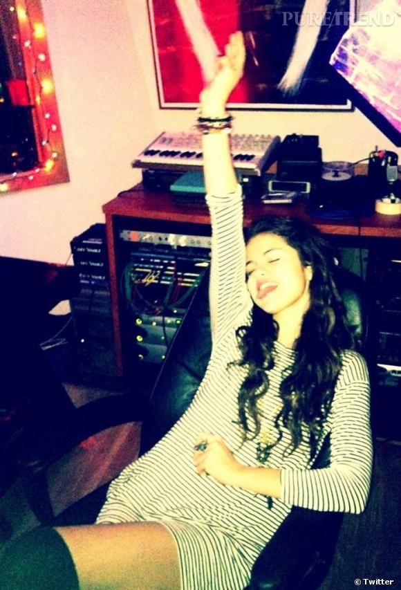 """Selena Gomez de retour dans les studios d'enregistrement. Une chanson sur Bieber en perspective ? Elle prépare en tout cas une """"triste, triste serenade""""."""