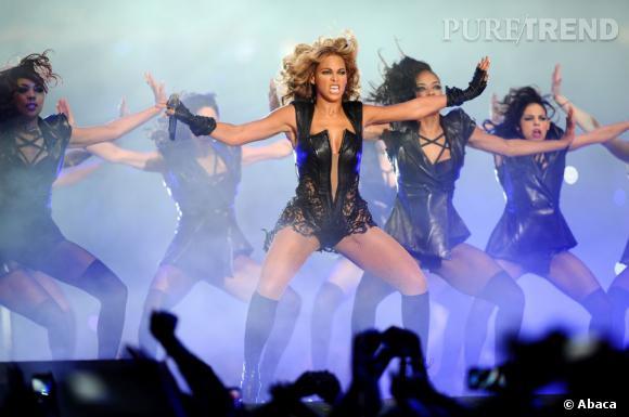 Beyoncé a littéralement mis le feu à la scène lorsqu'elle est arrivée au milieu de la scène du Super Bowl.