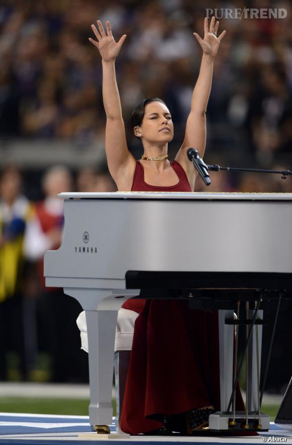 Alicia Keys a chanté l'hymne national, moulée dans une robe rouge devant son piano blanc.