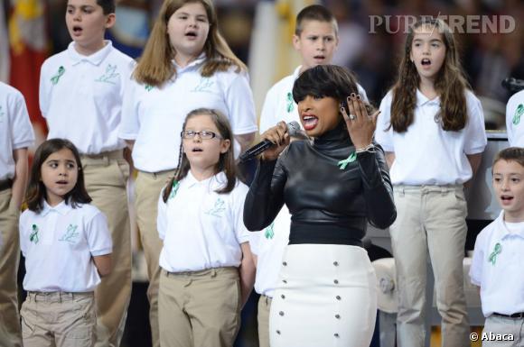 """Jennifer Hudson, accompagnée d'une chorale d'enfants de Sandy Hook, chante """"America The Beautiful""""."""