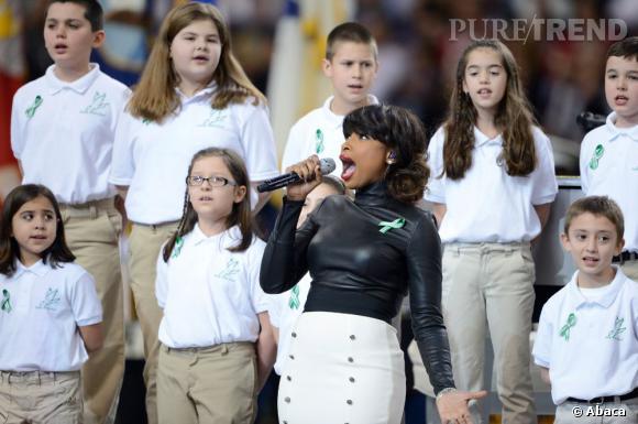 Moulée dans un top en cuir, la chanteuse a ému le public.