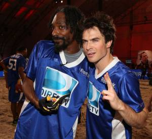 Snoop Dogg et Ian Somerhalder se soutiennent pour le Celebrity Beach Bowl.