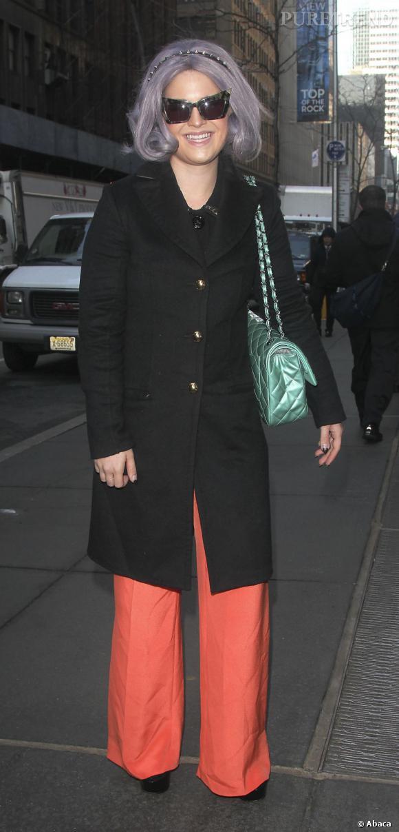 Kelly Osbourne a fait honte à sa réputation de chasseuse de fashion faux pas : la star est apparue dans New York vêtue d'un pantalon large orange, d'un manteau noir et d'un sac vert.