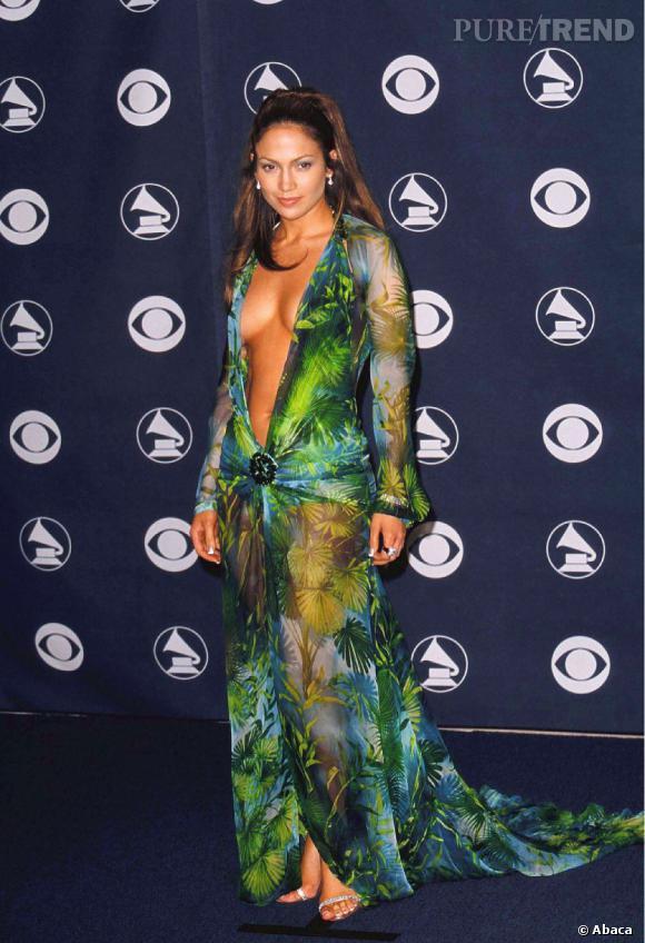 Jennifer Lopez aux Grammy Awards 2000. La chanteuse fait tourner les têtes avec une création Versace qui ne laisse personne indifférent.