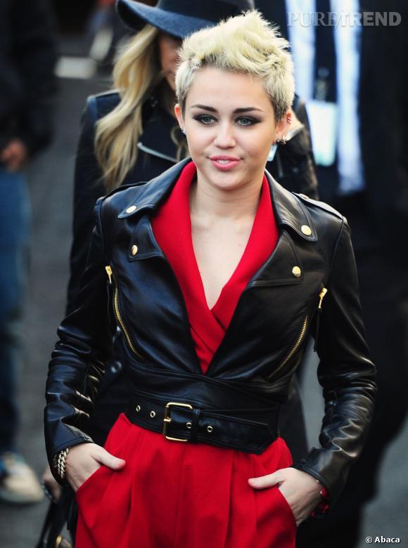Miley Cyrus arrive au défilé de la Fashion Week avec un perfecto court, qu'elle ne quitte plus en ce moment.