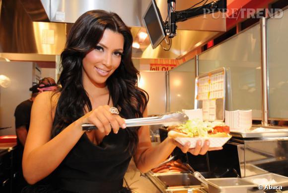 Quand Kim Kardashian se met aux fourneaux, cela donne un hot-dog plutôt généreux. Et hop les ventes de fast food progressent.