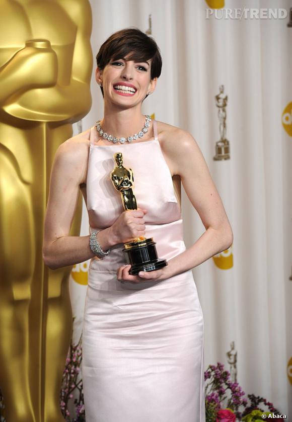 """Anne Hathaway remporte l'Oscar du meilleur second rôle pour """"Les Misérables""""."""