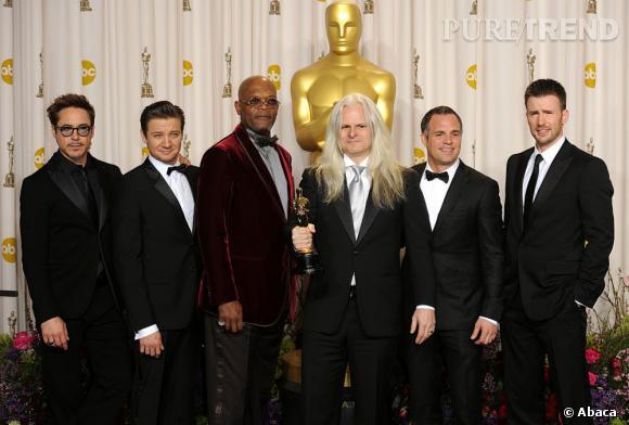 Claudio Miranda, Oscar de la meilleure photographie pour L'Odyssée de Pi entouré de Robert Downey Jr., Jeremy Renner, Samuel L Jackson, Mark Ruffalo et Chris Evans.