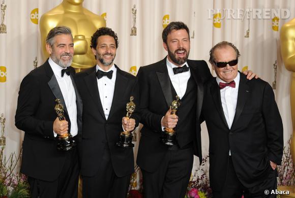 """George Clooney, Grant Heslovet Ben Affleck remportent l'Oscar du meilleur film pour """"Argo"""", prix remis par Jack Nicholson."""