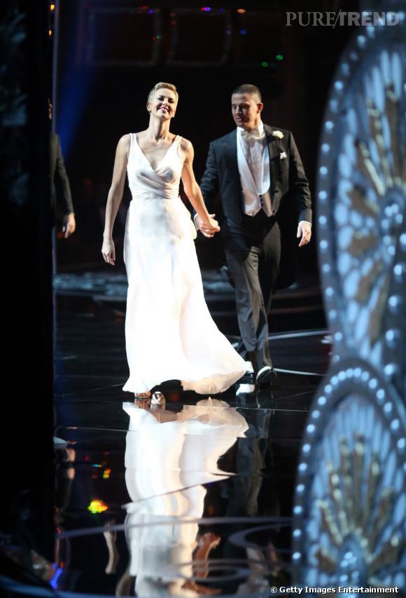 Charlize Theron et Channing Tatum s'autorisent quelques pas de danse sur scène.