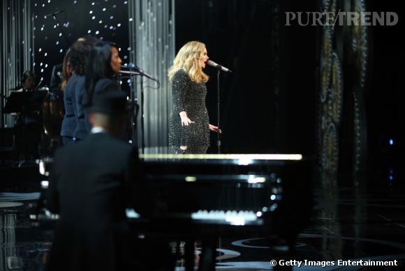 Adele interprète Skyfall.