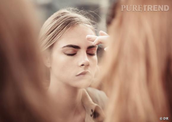 Au maquillage, Cara Delevingne reste naturelle.
