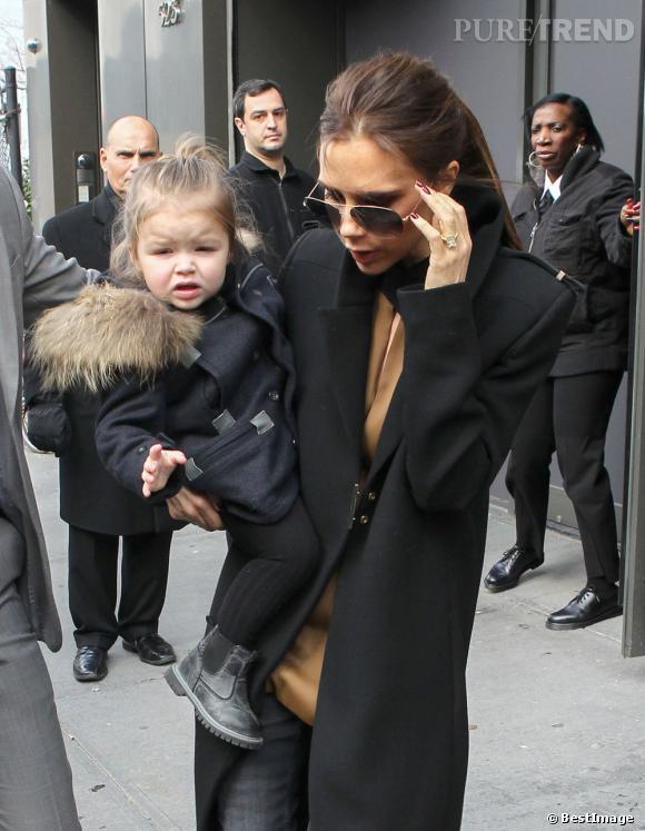 Harper Beckham a le pied mode... La fille de Victoria Beckham aurait une collection de chaussures coûtant presque 1800 euros.