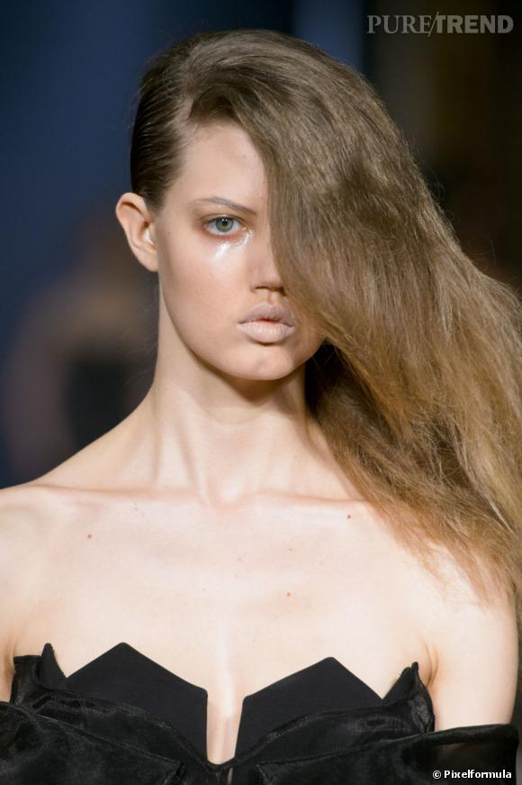 La one shoulder hair et le regard glossy     Défilé Hakaan Automne-Hiver 2013/2014.