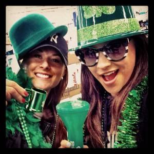 Shay Mitchell a le total look Saint Patrick pour faire la fête !