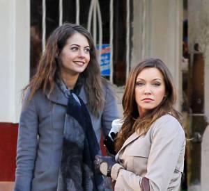 """Willa Holland sur le tournage de """"Arrow"""" avec Katie Cassidy."""
