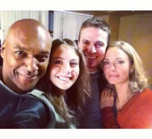 """La famille Queen, sur le plateau de """"Arrow""""."""