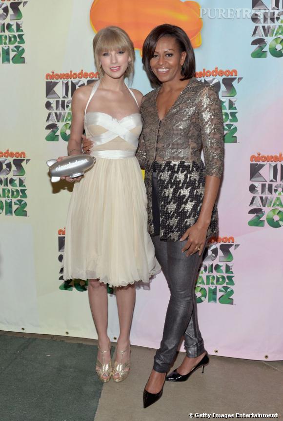 """Taylor Swift a reçu des mains de la première Dame Michelle Obama le prix """"Big Help Awards"""" aux Kids Choice Awards 2012."""