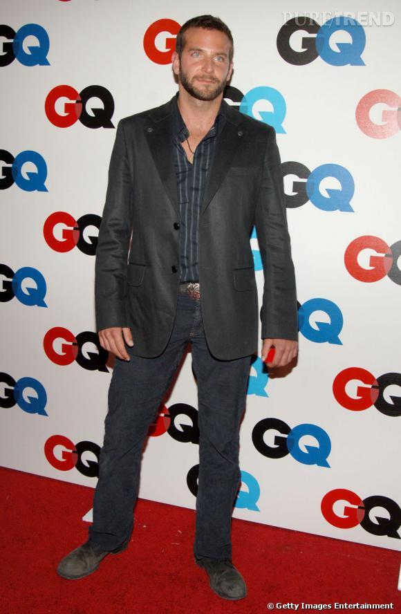 Le flop chemise ouverte :  Bradley Cooper tente le look de macho viril, sans succès.