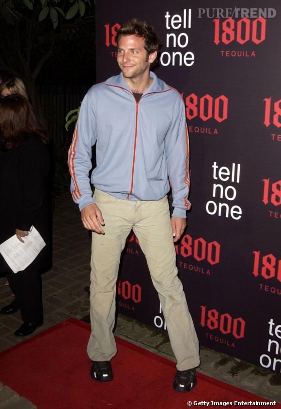 Le flop première apparition : Bradley Cooper mise sur un pantalon nude et un haut de jogging... Une mauvaise idée, même en 2002.