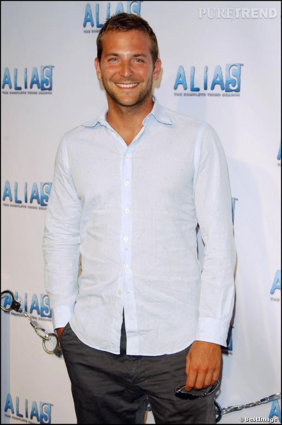 Le top première apparition :  Mieux vaut rester sobre sur tapis rouge. Bradley l'a bien compris et mise sur la classique chemise blanche.