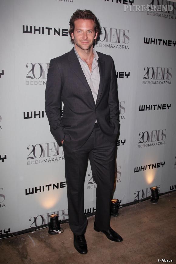 Le top chemise ouverte :  Look décontracté pour Bradley Cooper, véritable séducteur.