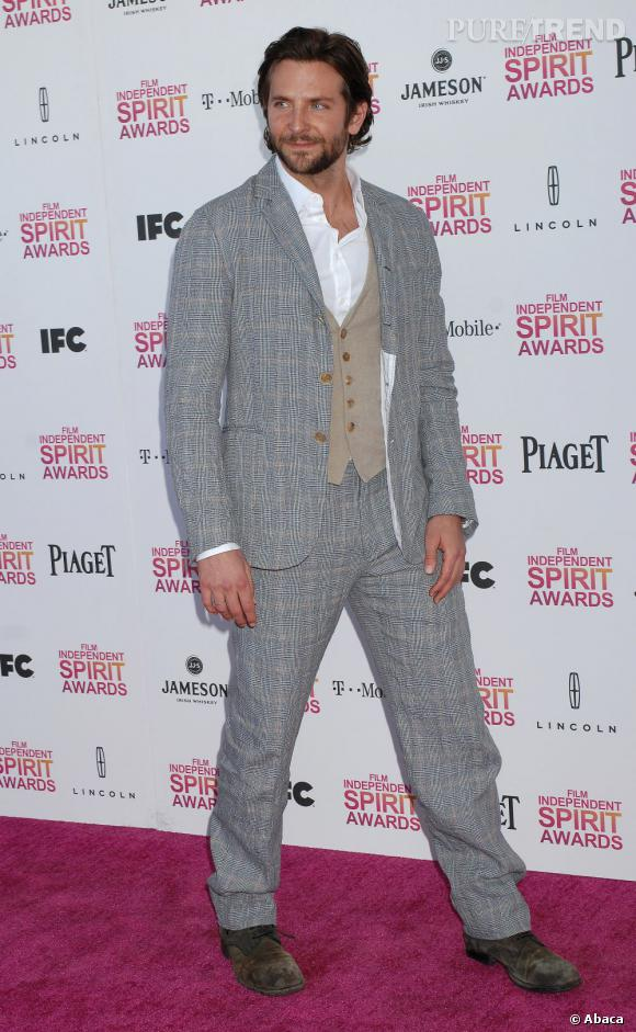 Le flop dandy :  Bradley Cooper joue la surenchère avec un costume quadrillé. Ça manque de subtilité.