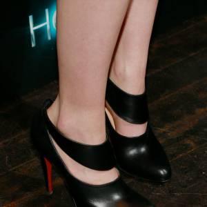 """Saoirse Ronan à la projection du film """"Les âmes vagabondes"""" à New York le 27 mars 2013. Elle prend de la hauteur sur des ankle boots Christian Louboutin."""