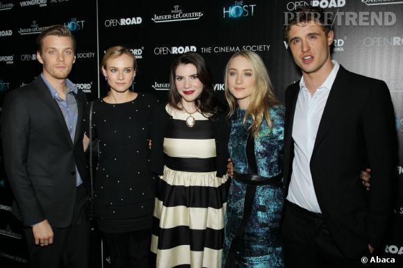 """Jake Abel, Diane Kruger, Stephenie Meyer, Saoirse Ronan et Max Irons à la projection du film """"Les âmes vagabondes"""" à New York."""