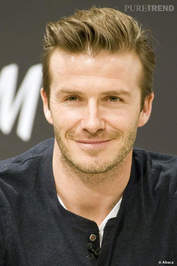 David Beckham porte ses cheveux vers l'arrière légèrement sur le côté. Les racines bien décollées.