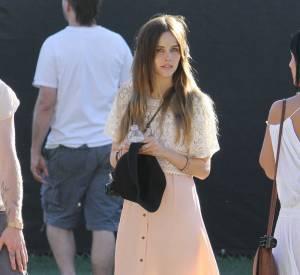 Isabel Lucas au festival de Coachella en 2011. L'actrice Australienne mise sur une adorable robe pastel qu'elle porte avec un top en dentelle. Le parfait look de festival !