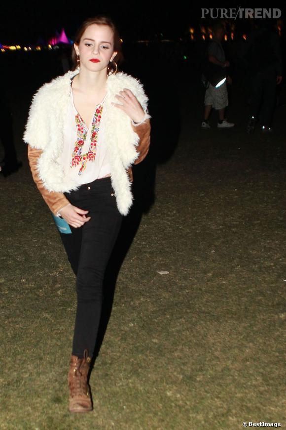 Emma Watson au Festival de Coachella l'année dernière. La jeune femme est rock et casual, avec un bouche glamour.