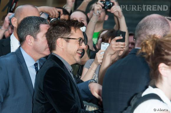 """Robert Downey Jr à l'avant première d'""""Iron Man 3"""" à Paris : l'acteur prend tout son temps pour rester avec les fans."""