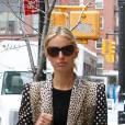 Karolina Kurkova toute de noir vêtue mise tout sur la veste.