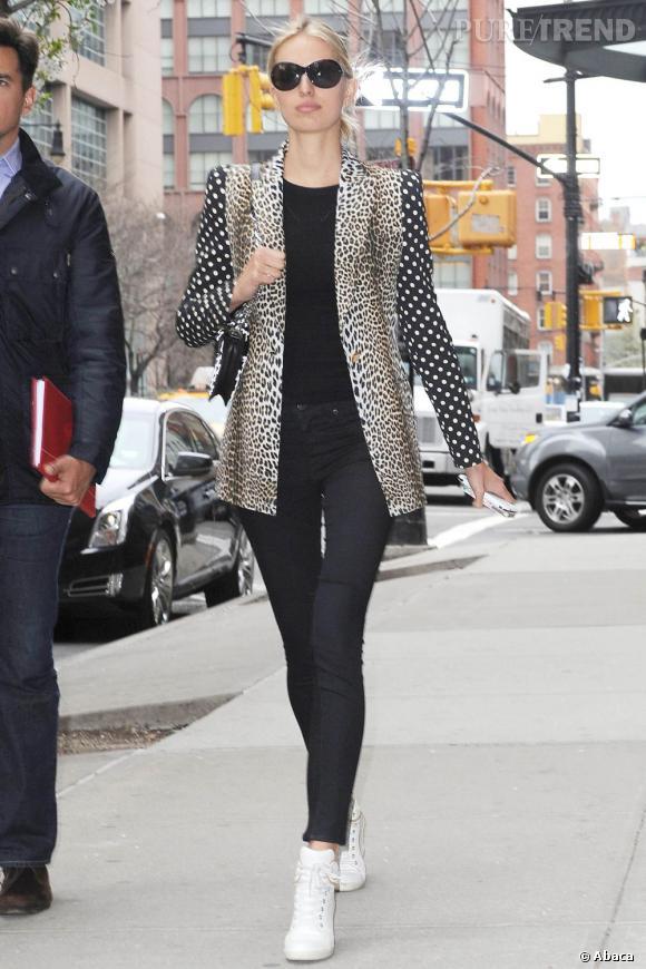 Karolina Kurkova porte une veste à double imprimé : léopard et à pois.