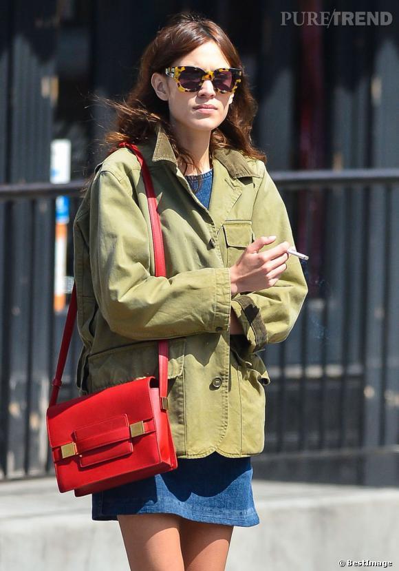 Alexa Chung et son sac cartable rouge.