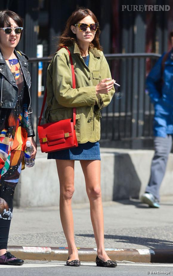 Alexa Chung porte des slippers en dentelle noire.