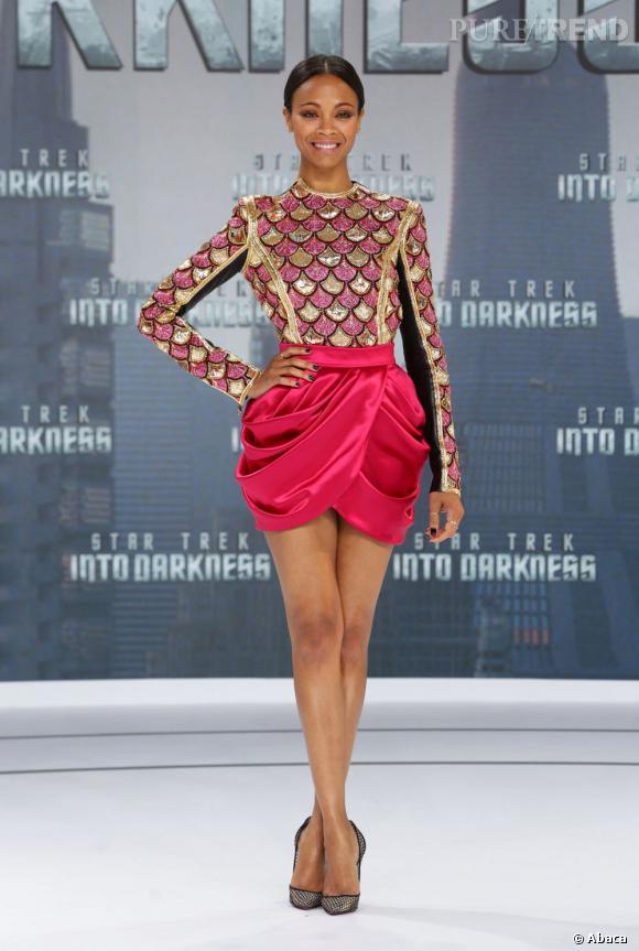 Le top jupe  : dans un ensemble Balmain, Zoe Saldana est divine.