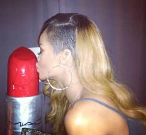 Rihanna : son gateau rouge a levres pour feter sa collaboration avec M.A.C.