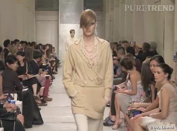 Collier de perles et Camélia, des hommages à la créatrice Gabrielle Chanel.