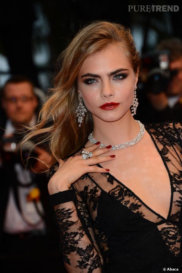 Festival de Cannes 2013 : Cara Delevingne a tout bon : rouge à lèvres et vernis assortis + smoky + cascade de cheveux. Un beauty look digne d'une star Hollywoodienne.