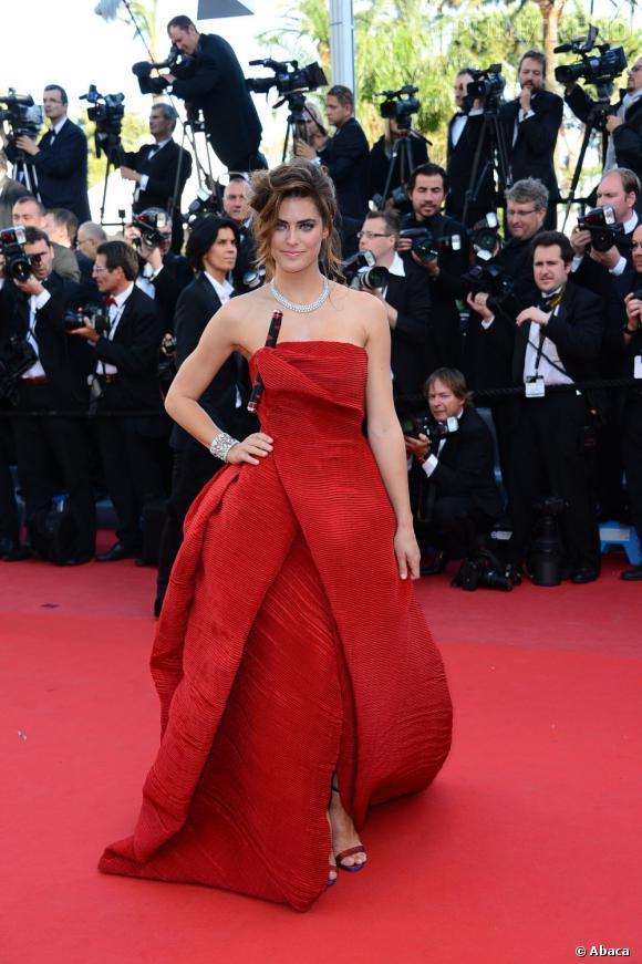 """Allison Williams à la montée des marches de Cannes, pour la projection de """"Blood Ties""""."""